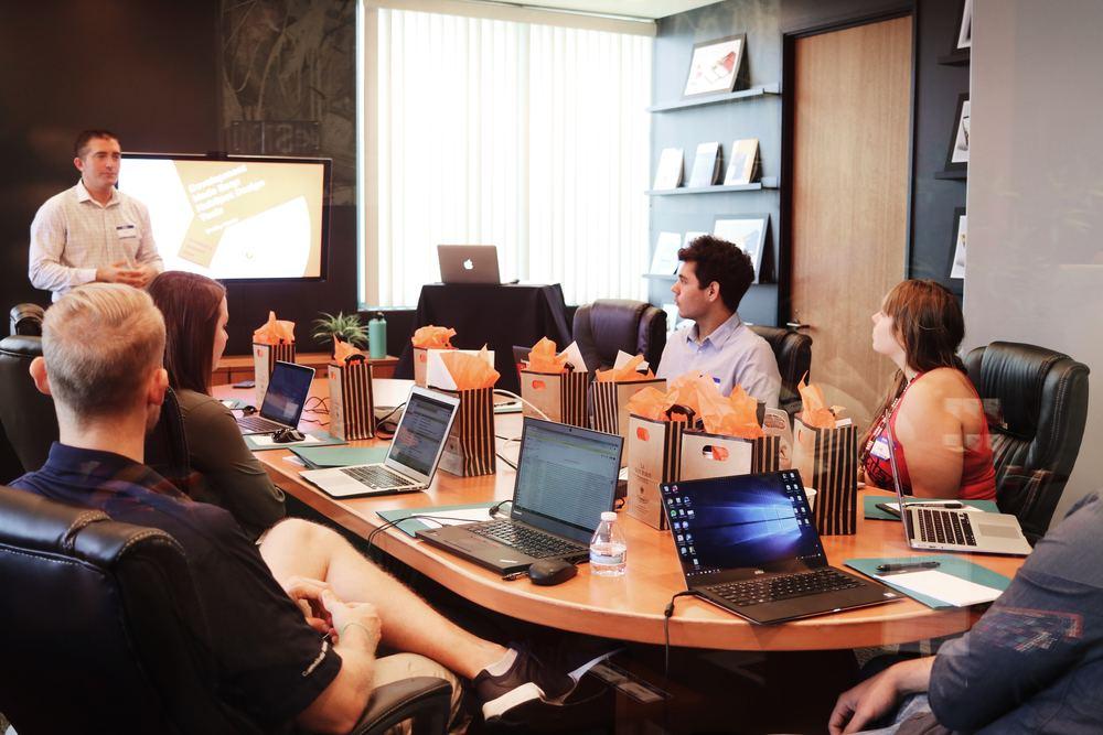 Håll effektiva möten på distans med rätt AV-Teknik